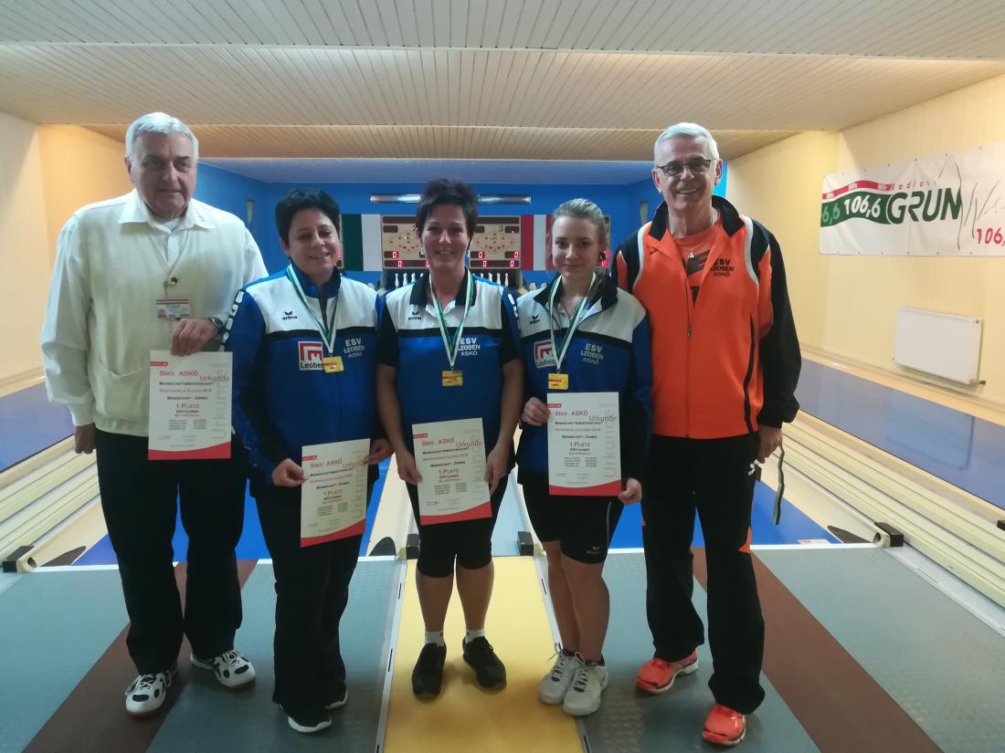 Siegerfoto Damen von links (ohne Nicole GUTTMANN): LRef Horst SEEMANN, Carmen WALLNER, Manuela FREIDL, Lisa SCHWINGER, Trainer Erich PAPPITSCH