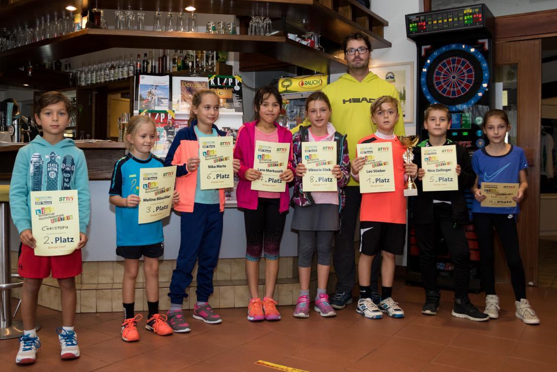 Die Sieger des Bewerbs am Orange Court mit Gewinner Leo Stieber (Lannach, 3.v.r.).